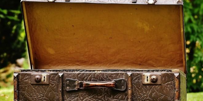 ein offener Koffer