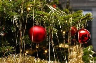 ein geschmueckter Weihnachtsbaum