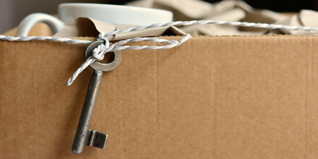 ein Umzugskarton und ein Schlüssel